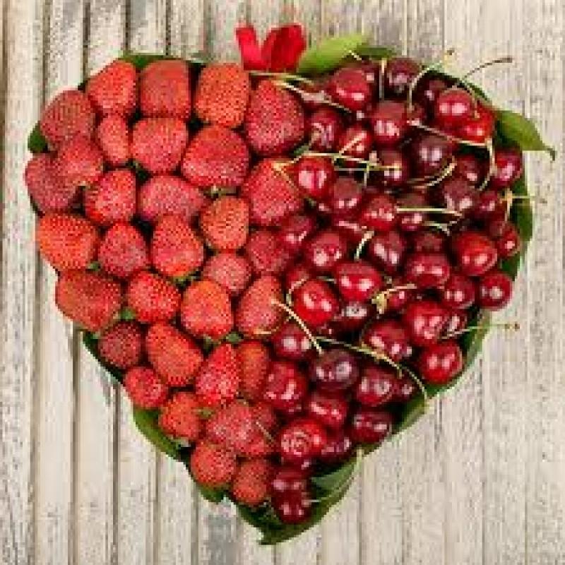 Сердце из клубники и черешни