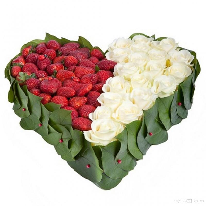 Клубника с белыми розами