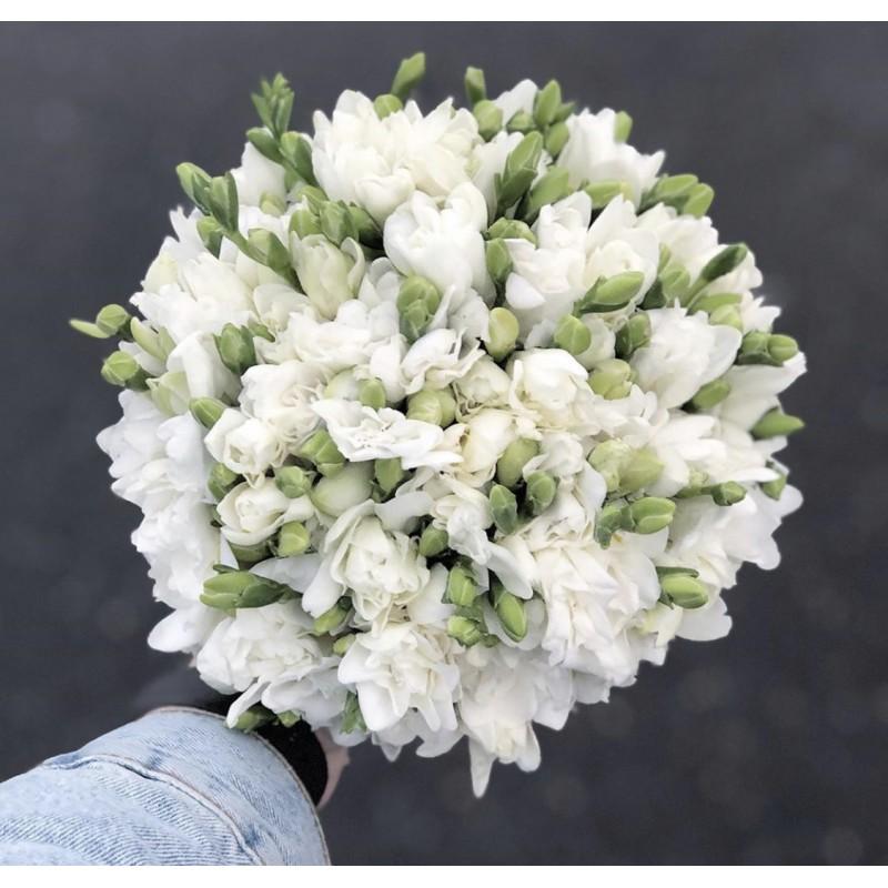 Невеста с белыми фрезиями
