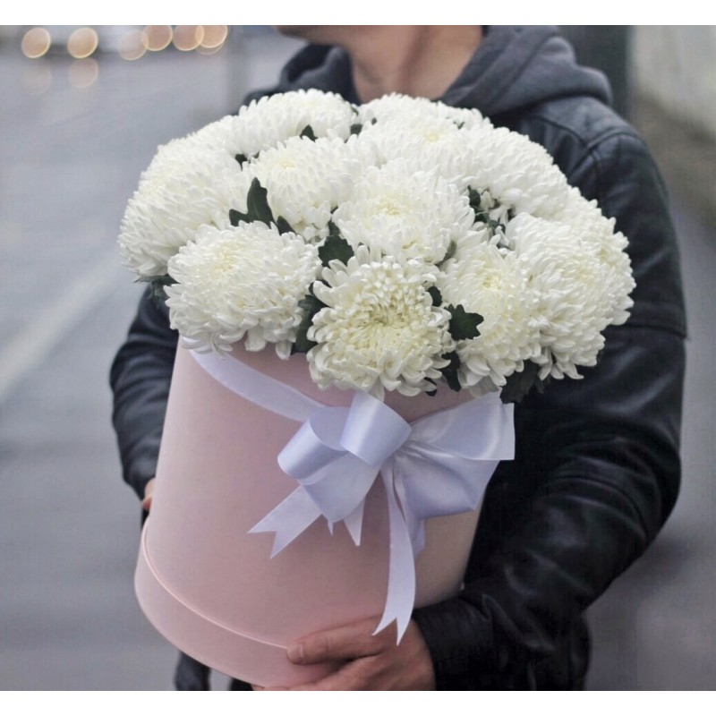 Коробка с белыми хризантемами