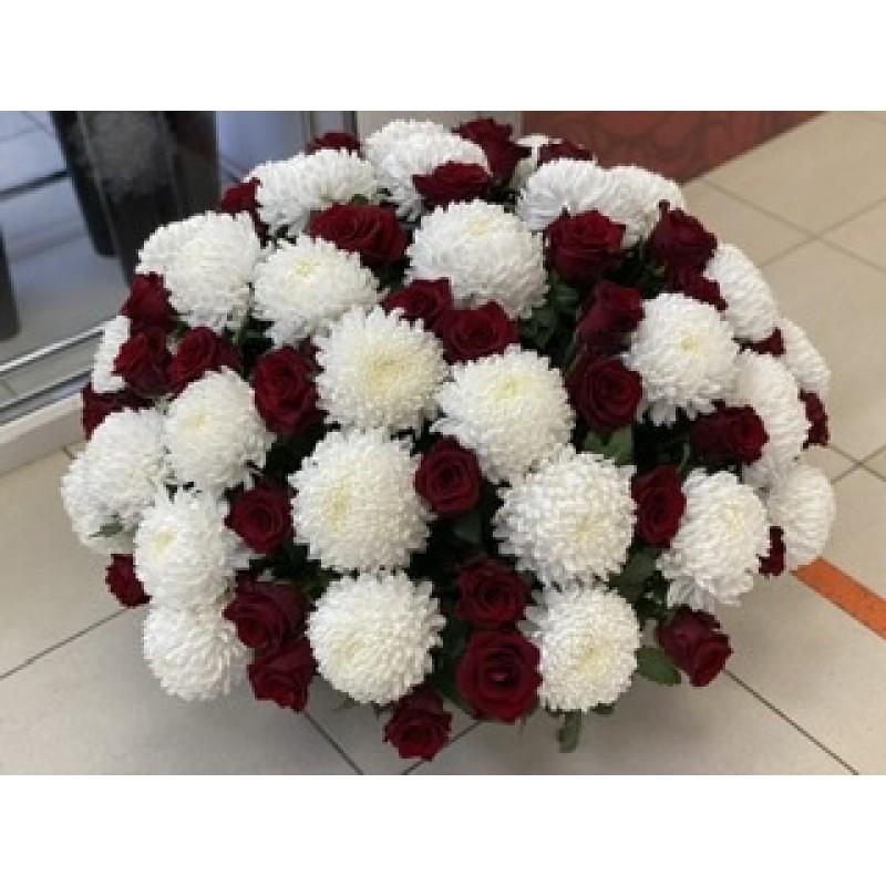 Большая корзина из роз и хризантем