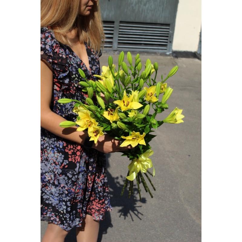 9 желтых лилий