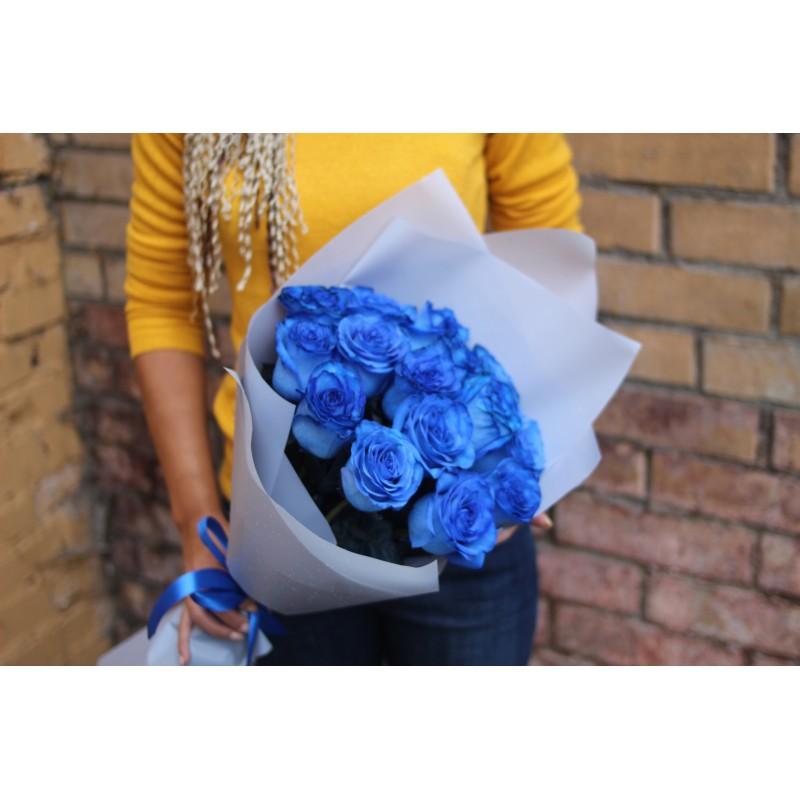 15  синих роз в крафте