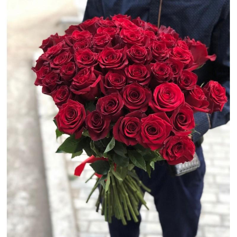 35 красных роз сорта Престиж