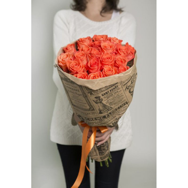 35 оранжевых роз в крафте