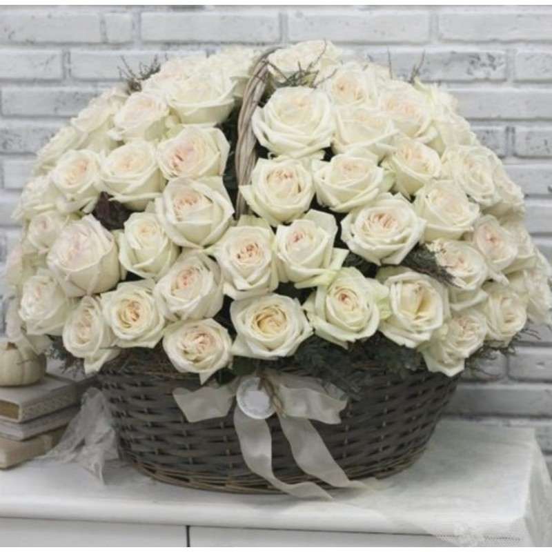 101 роза Вайт о'хара в корзине