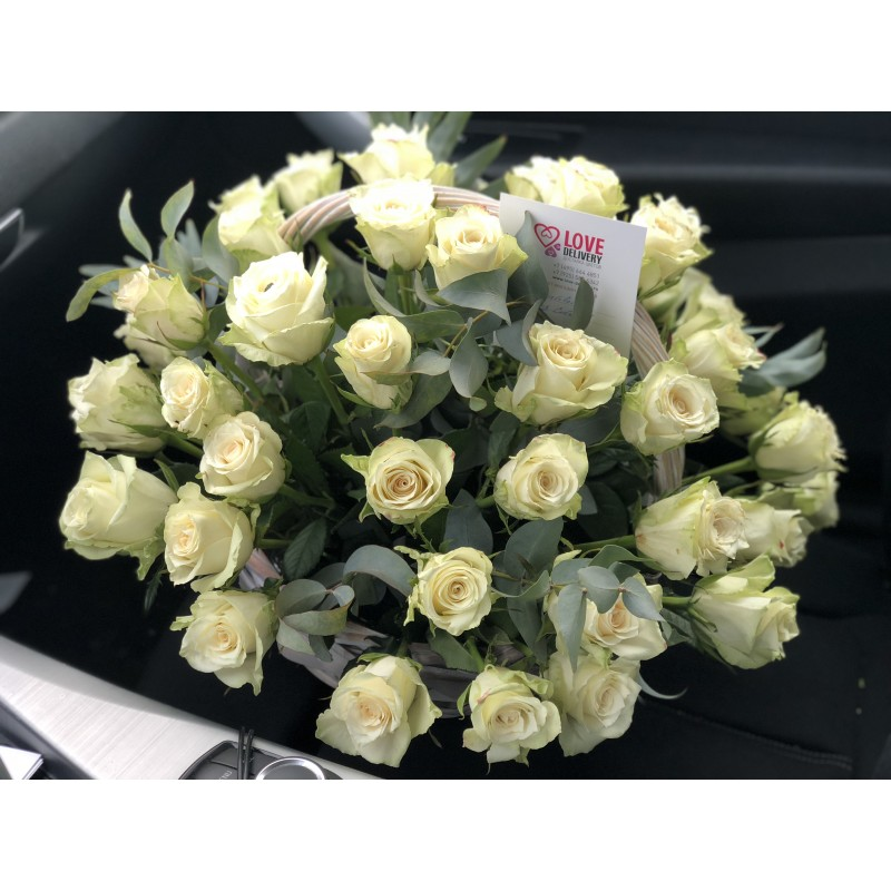 55 белых роз в корзине