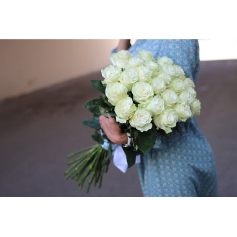 25 белых роз высотой 70 см