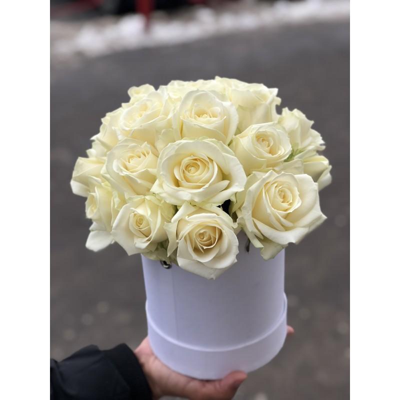 25 белых роз в коробке!