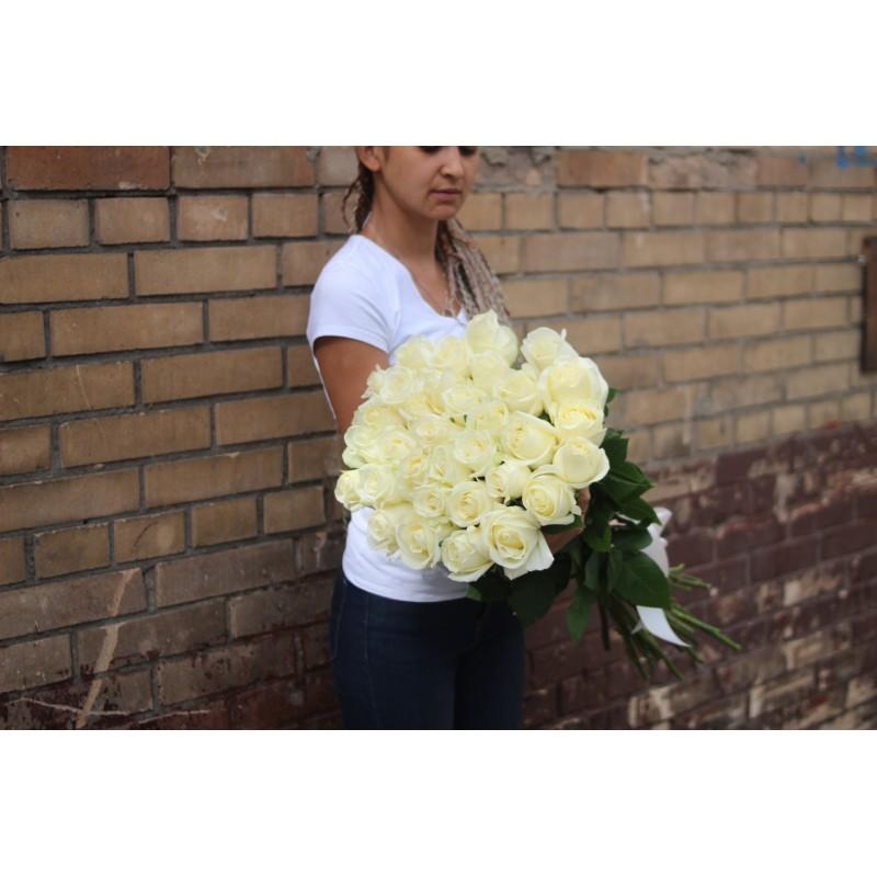 35 белых роз высота 80 см.