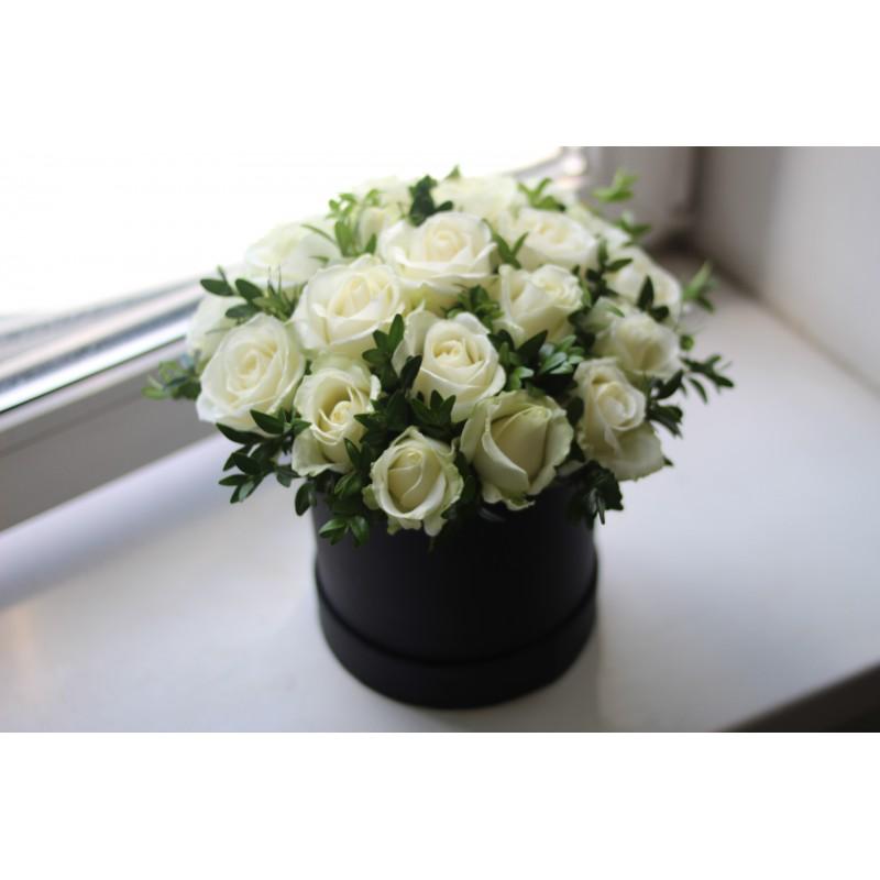 21 белая роза в коробке.