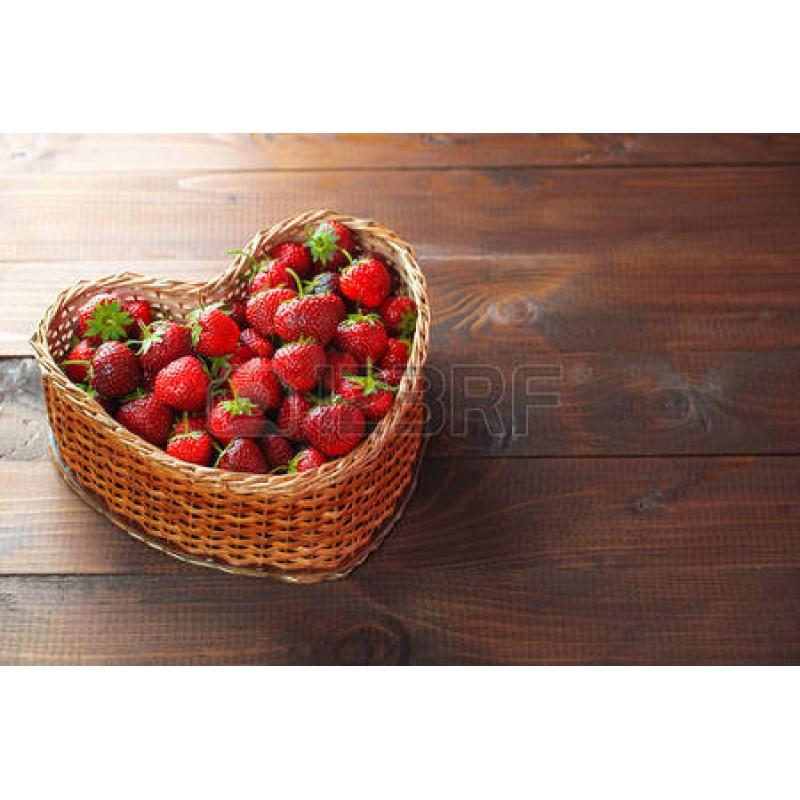 Корзина-сердце из клубники