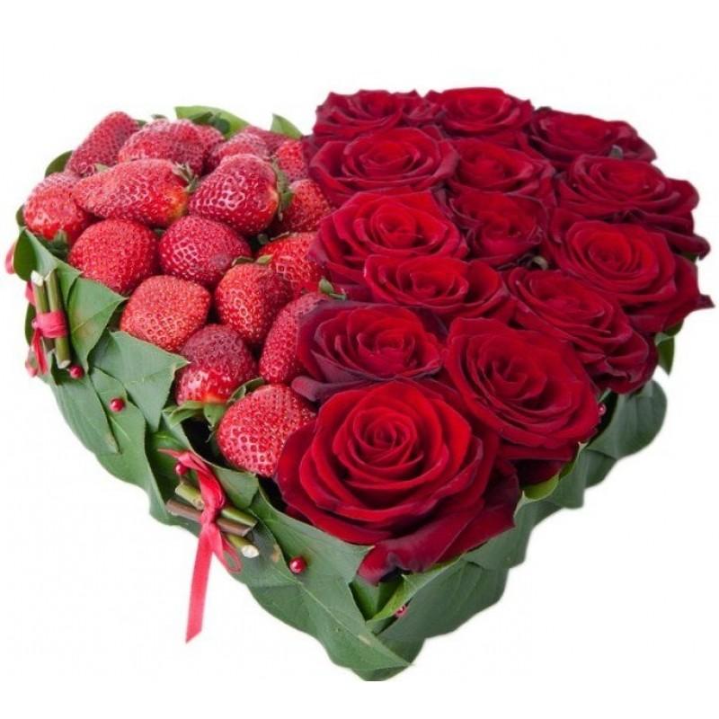 Сердце из клубники и красных роз