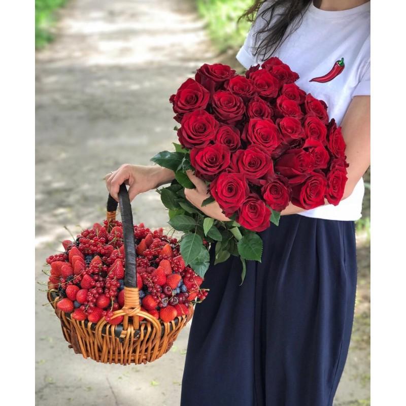 Розы и ягодная корзина