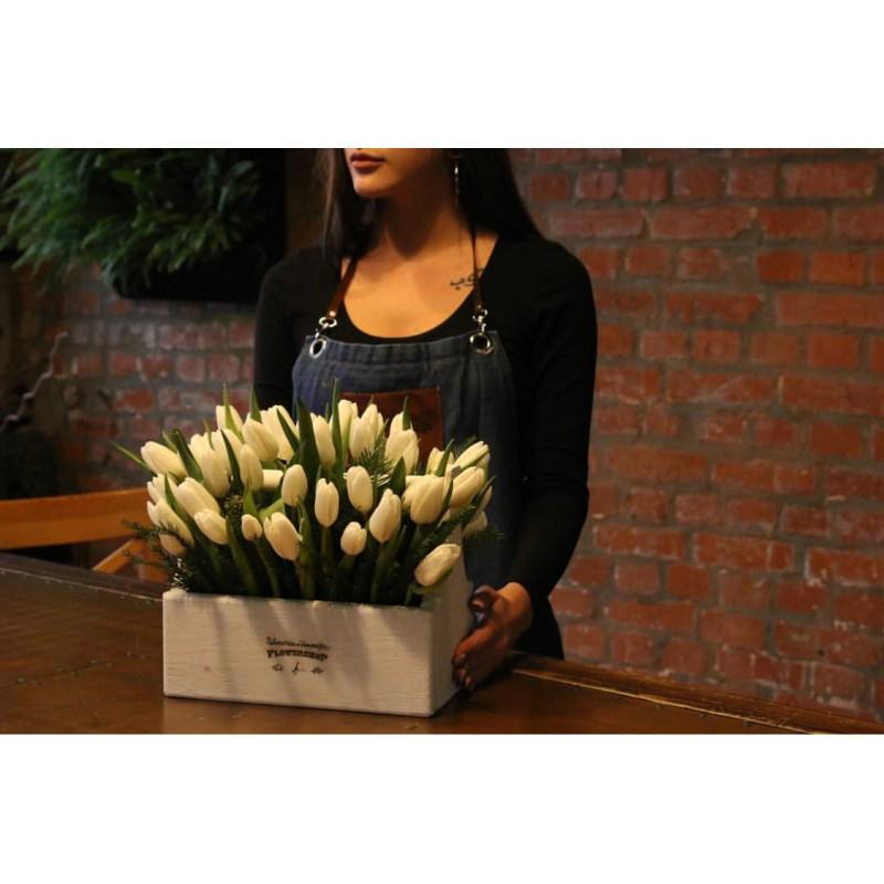 51 белый тюльпан в ящике